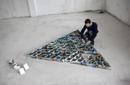Lapo Simeoni al lavoro su Memoria di un Castello familiare, 2011, 408 cartoline dimensione ambiente. Courtesy l'artista. Foto: Francesco Minucci