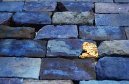 Ryts Monet & Fabio Roncato  On the line of the horizon meteorite galvanizzato in oro, mattoni e pigmento blu di metilene Dimensioni variabili 2017