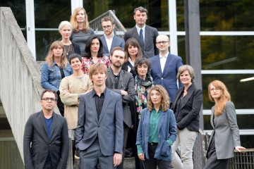 Adam Szymczyk con il team di documenta14: Foto: Nils Klinger