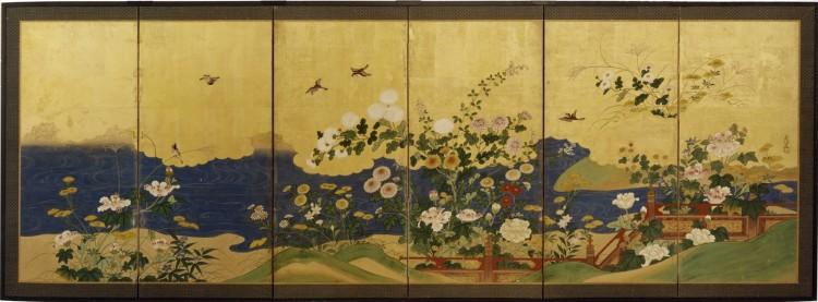 Shushin (firmato), Paravento giapponese a sei ante (uno di una coppia) raffigurante diversi fiori autunnali tra cui differenti varietà di crisantemi (kiku), trifogli da fiore (hagi), alcuni esemplari di lespedeza, campanule (kikyo), miscanto (susuki) ed una staccionata rossa lungo un corso d'acqua, Scuola Kanō, Periodo Edo (1615- 1867), inizio XIX secolo, inchiostro e pigmenti minerali e vegetali su carta con foglia oro (kinpaku), 101x282 cm Courtesy Paraventi Giapponesi - Galleria Nobili, Milano