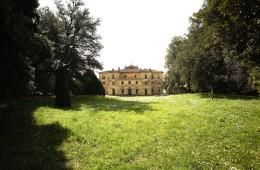 Villa di Celle, veduta dell'edificio principale della Fattoria di Celle. © Fattoria di Celle - Collezione Gori. Foto: Carlo Fei