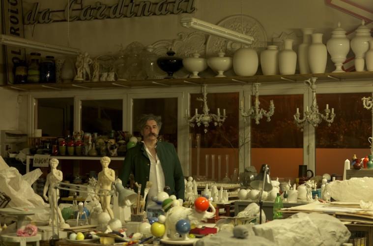 Andrea Salvatori nel suo studio. Foto: Dario Lasagni