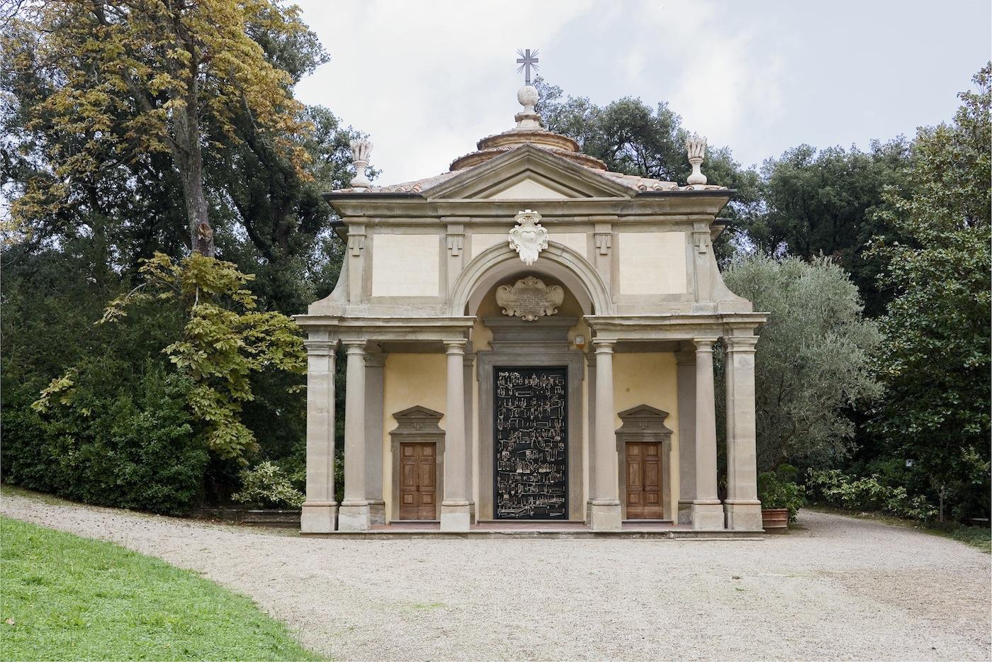 Cappella della Villa di Celle con Porta Sonora opera di Daniele Lombardi. Fattoria di Celle - Collezione Gori. Foto: Serge Domingie