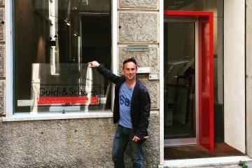 Chico Schoen davanti all'ingresso della nuova sede di galleria