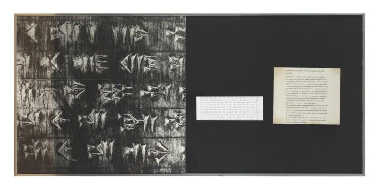 Vincenzo Agnetti, Frammento di tavola di Dario tradotto in tutte le lingue, 1973, fotografia e scrittura, 50x109 cm Courtesy Osart Gallery, Milano Foto di Bruno Bani