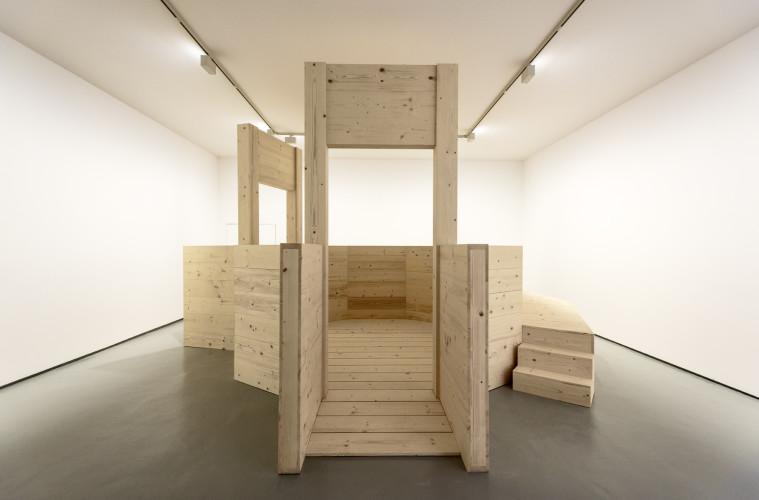 Mario Sagradini, La ley del embudo, legno, 2017, foto Gianni Franchellucci.