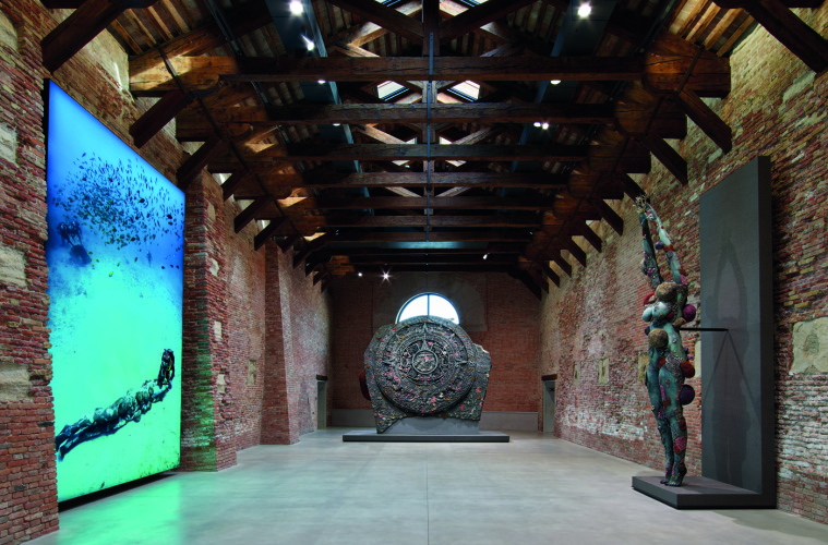 Damien Hirst. Treasures from the Wreck of Unbelievable, Punta della Dogana. Damien Hirst, (da destra a sinistra) The Diver with Divers, (Photography Christoph Gerigk), Calendar Stone, The Diver. Foto: Prudence Cuming Associates © Damien Hirst and Science Ltd. All rights reserved, DACS 2017