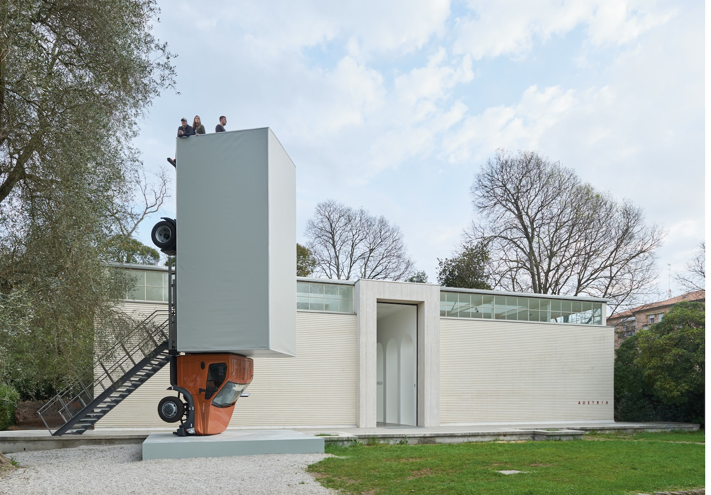 Erwin Wurm Stand quiet and look out over the Mediterranean Sea, 2016 – 2017 Performative One Minute Sculpture Beitrag Österreich-Pavillon / Contribution Austrian Pavillon Truck, Mixed Media H 874 x B 240 x L 274 cm | H 344 x B 94 1/2 x L 107 3/4 in Unique Photo: Studio Erwin Wurm Copyright: Bildrecht, Vienna 2017