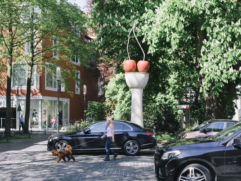 Thomas Schütte, Kirschensäule [Cherry Column], 1987, Skulptur Projekte in Münster 1987, Foto: Hubertus Huvermann, 2016