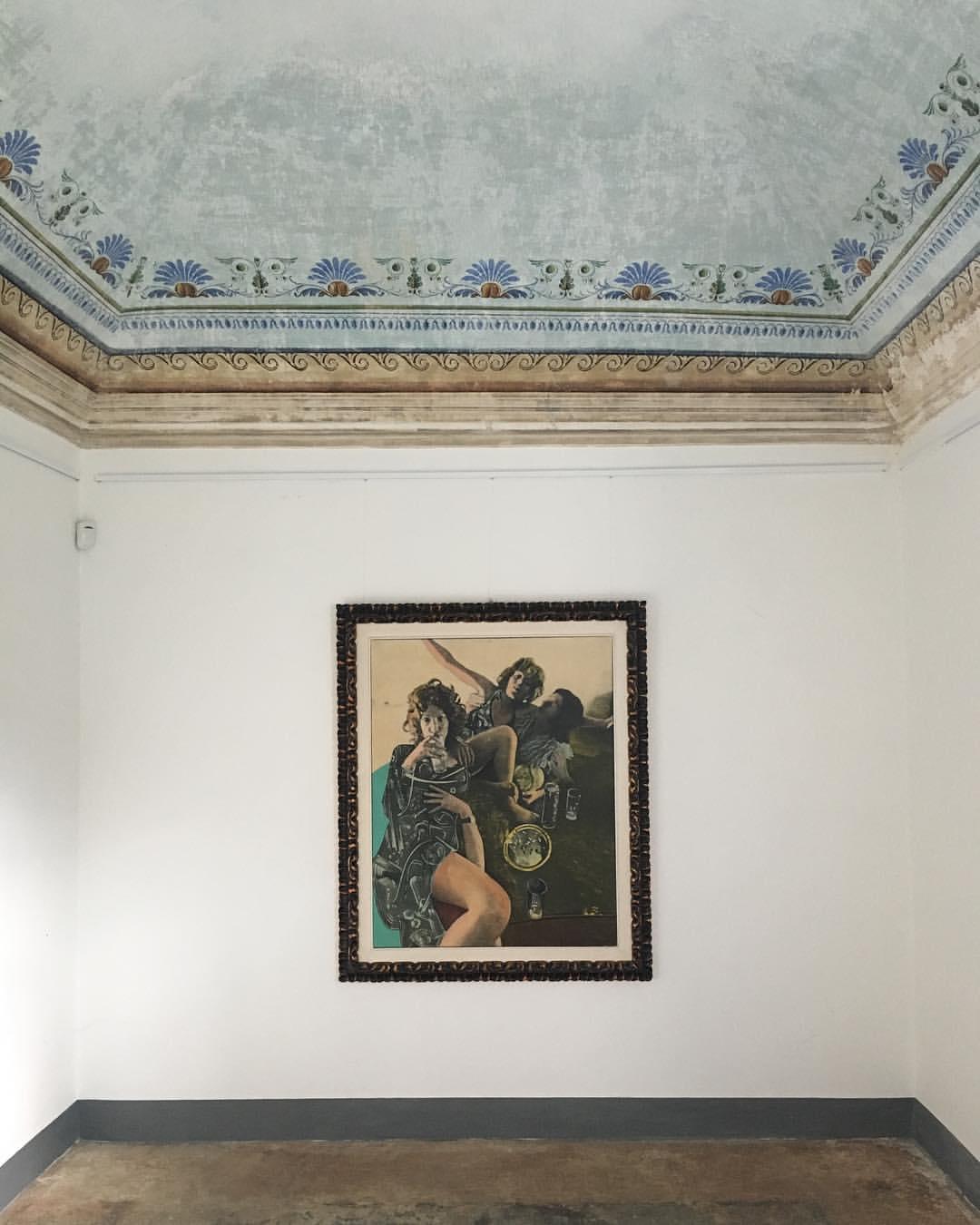 Veduta di allestimento (un'opera di Gianni Bertini), Il Gioco delle Coppie 1, Bertini e Sarri, Casa del Console, Calice Ligure