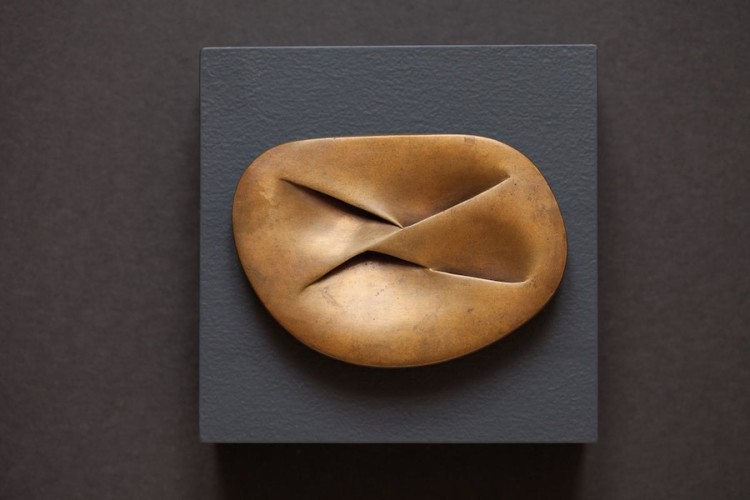 Meret Oppenheim, Unterirdische Schleife, 1960-1977, bronzo, 8.5x12x1 cm Collezione privata