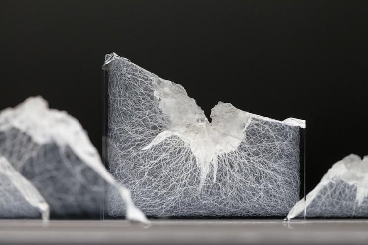 Alan Bogana, Stimmfarben, 2014, vetro acrilico (14 frammenti), 140x29x108 cm Courtesy Alan Bogana