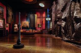 El Anatsui e masaomi Raku, The biginning and the End, 201; Transmigration, 2016. Veduta della mostra Intuition, Palazzo Fortuny. Foto: © Jean-Pierre Gabriel