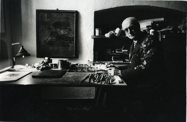 Carlo Mattioli nel suo studio Crediti Archivio Mattioli