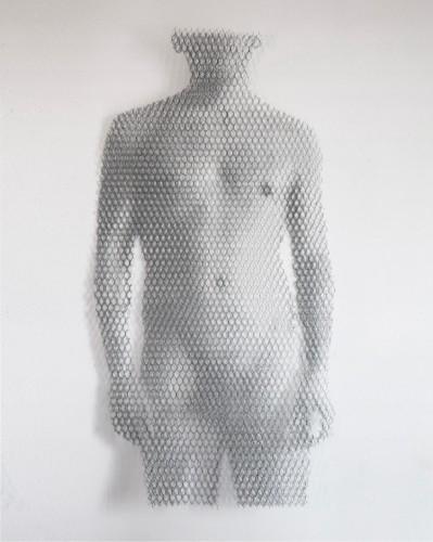 Giorgio Tentolini, Miracolo Segreto (1), 2017, serie di 2, rete metallica a maglia esagonale intagliata a mano e sovrapposta a fondale bianco, 125x70 cm circa ciascuna