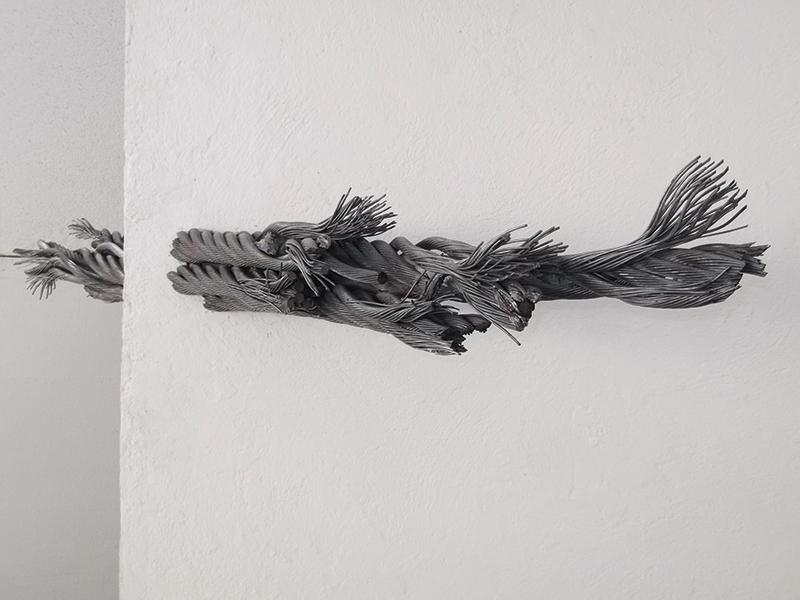 Federico De Leonardis, Essere muro (Cucitura), 2005, braghe d'acciaio e muro