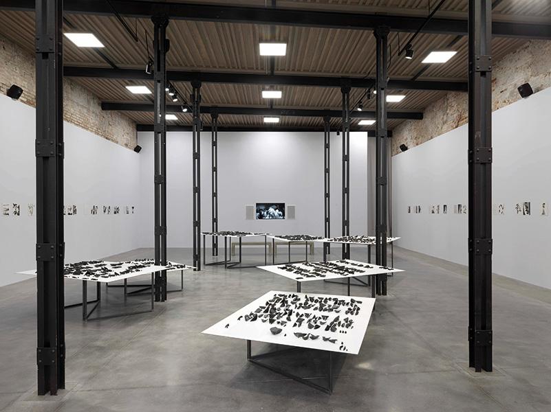 Carlos Amorales, Life in the Folds, 2017, veduta dell'installazione al Padiglione Messico, La Biennale 2017. Courtesy: kurimanzutto e Estudio Amorales. Foto: Dario Lasagni