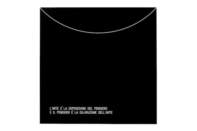 Vincenzo Agnetti, Assioma – L'arte è la deposizione del pensiero e il pensiero è la dilatazione dell'arte, 1971, 80x80 cm Courtesy Archivio Vincenzo Agnetti