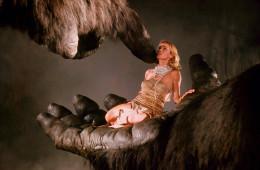 King Kong - John Guillermin, USA, 1976. Jessica Lange (Dwan) e il braccio meccanico di King Kong. ©Angelo Frontoni/Cineteca Nazionale-Museo Nazionale del Cinema