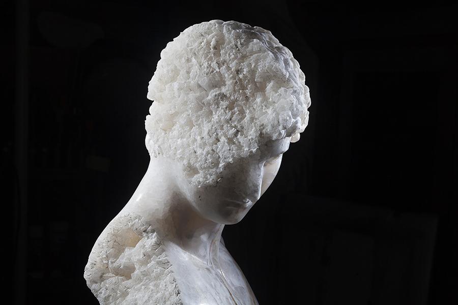 Massimiliano Pelletti, Crystal Boy, 2016, onice bianco madre cava, cm 54x40x30. Foto: Nicola Gnesi