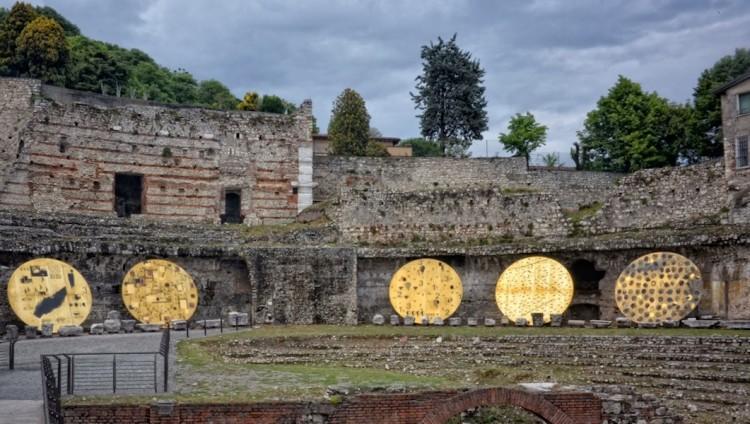 Mimmo Paladino. Ouverture, veduta dell'installazione, Teatro Romano, Brescia Foto © Salvetti Francesco