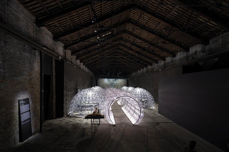 Roberto Cuoghi, Imitazione di Cristo, 2017, veduta dell'installazione al Padiglione Italia, 57. Esposizione Internazionale d'Arte della Biennale di Venezia. Foto: Roberto Marossi