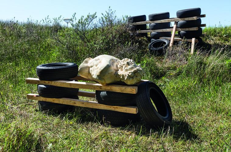 Nero/Alessandro Nerett,  fainted laocoonte after party, 2017, legno recuperato, pneumatici usati, resina, vernice 194 x 253 x 522 cm courtesy dell'artista. Foto: Andrea Piffari