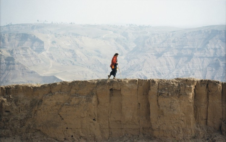 Marina Abramovic, Great wall Walk, 1988, 27.5x40 cm, Colour photograph Photo credit: Giorgio Benni Courtesy: The Artist