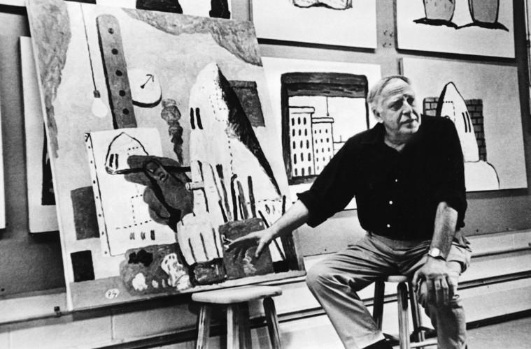 Philip Guston accanto a The Studio, 1969. Foto di Frank Lloyd