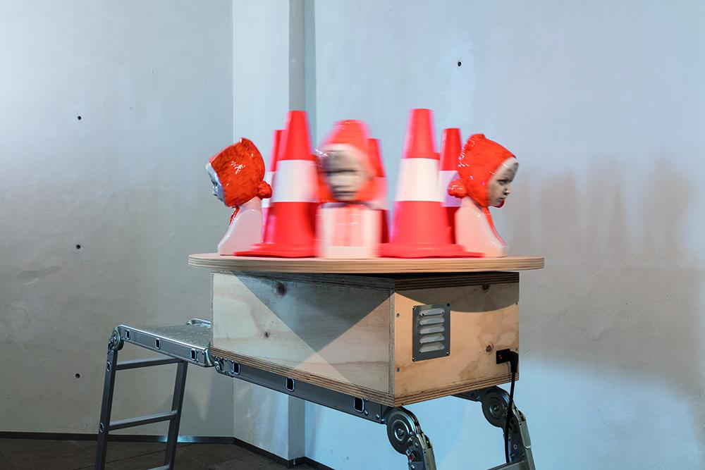 Nero/Alessandro Neretti, dettaglio da: lazy susan, lazy susan, lazy susan, lazy susan, lazy susan, 2017, terracotta smaltata, scala in alluminio e plastica, coni di plastica, legno di pino multistrato, movimento meccanico 157,5 x 229,5 x 92 cm courtesy dell'artista. Foto: Andrea Piffari