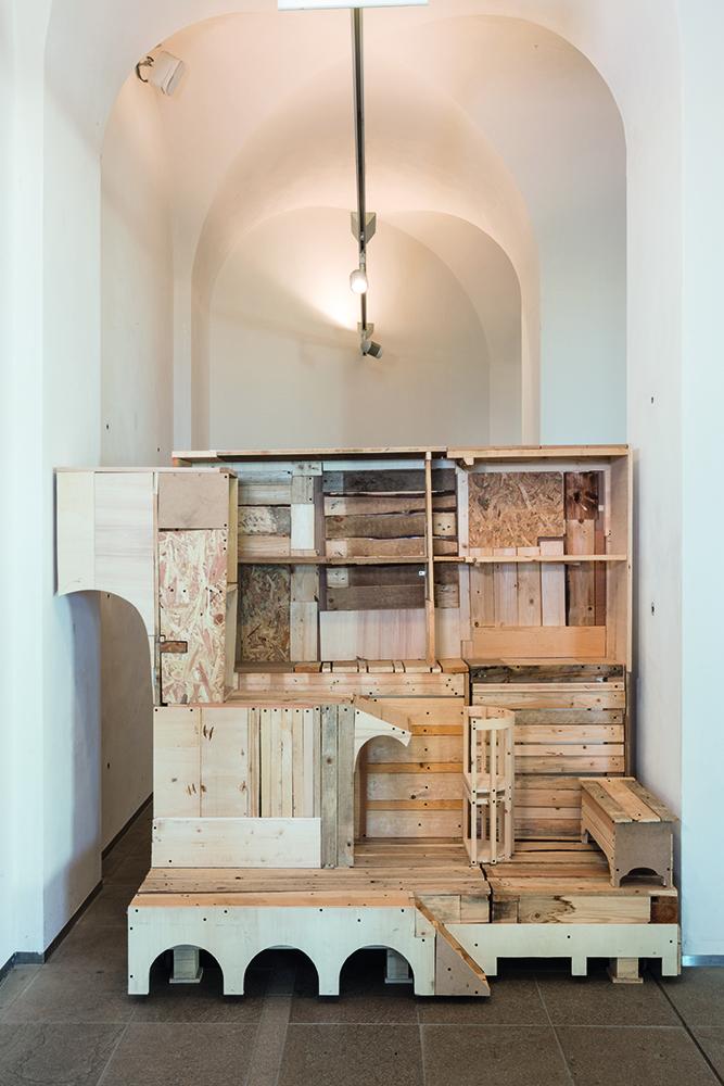 Nero/Alessandro Neretti, proof of concept (ball breaker), 2017, legno recuperato, fotocopia, materiali misti 186 x 216 x 109 cm courtesy dell'artista. Foto: Andrea Piffari