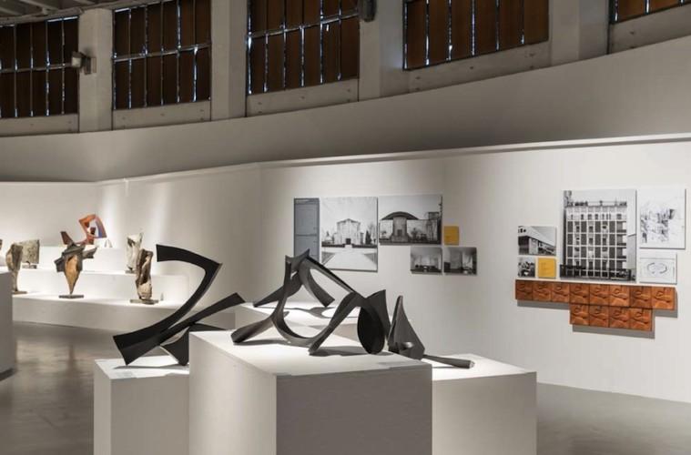 Carlo Ramous. Scultura architettura città, veduta della mostra, La Triennale, Milano © Gianluca Di Ioia