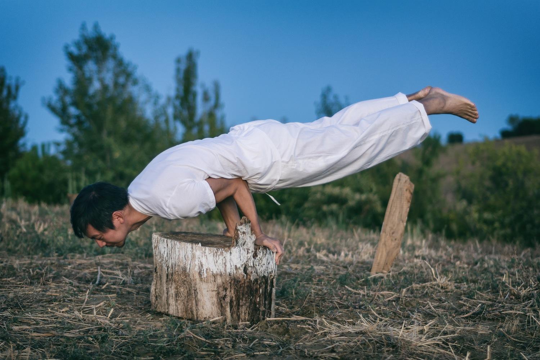 L'artista T-yong Chung esegue una posizione di Yoga durante l'inaugurazione di Bungalow Mantra, Ashram Joytinat (AN), 2017; ph. Mirko Silvestrini