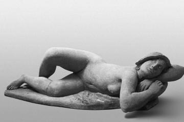 Arturo Martini, Nudo al sole, 1930. Terracotta da stampo, 45 × 148 × 72 cm. Collezione privata. Foto: courtesy Archivio Gian Ferrari