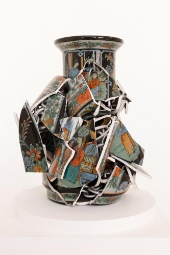 Alberto Gianfreda, Nothing as it seems #3, 2017, vasi cinesi in ceramica e catena in alluminio