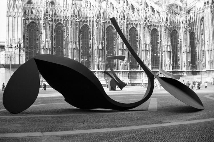 Carlo Ramous, Continuità e Gesto per la libertà esposte in Piazzetta Reale, Milano, 1974 Foto di Enrico Cattaneo