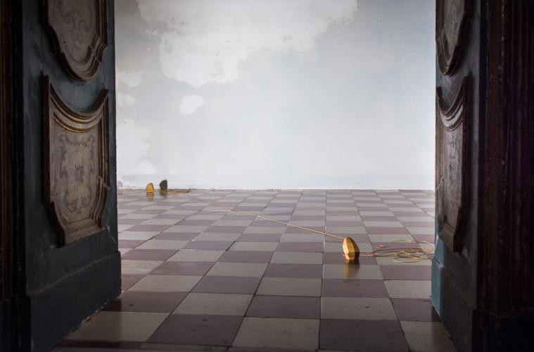 Gianni Caravaggio, Tessitori di albe, 2011, Travertino giallo persiano, filo sintetico. Mythologies, Palazzo Palmieri, Monopoli. Foto: Letizia Gatti