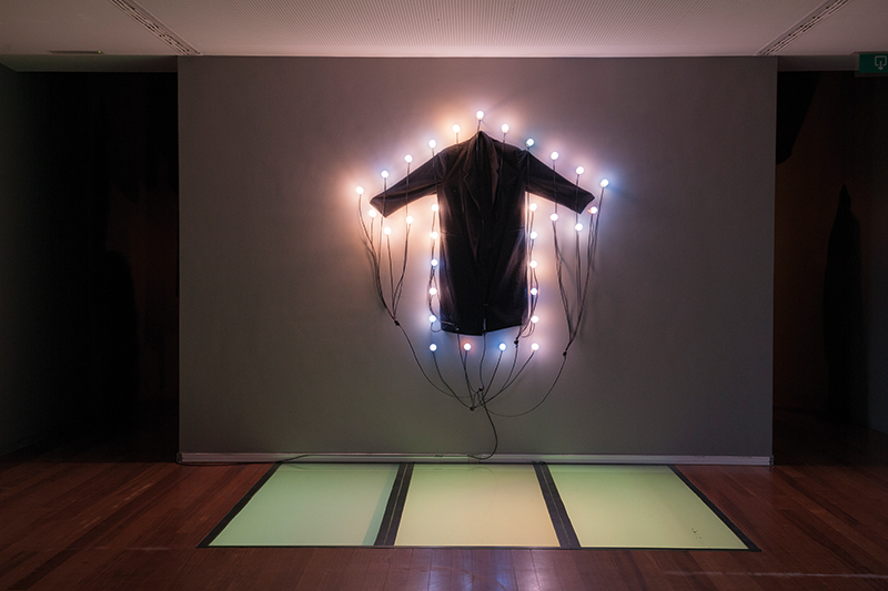 Christian Boltanski, Le Manteau, 2000,  cappotto, lampadine, cm 200x200. © C. Boltanski