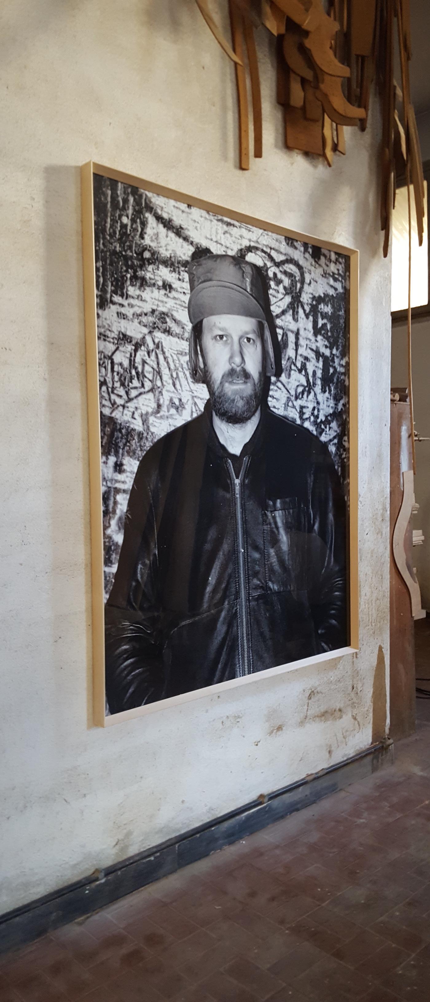 """""""L'inizio di una sedia"""", Jacopo Benassi ritratto di Martino Gamper, veduta installazione, Museo della Sedia Leggera, Chiavari"""