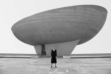 Shirin Neshat, Untitled, from Roja series, 2016 Silver gelatin print, cm 101,6x152,4 © Shirin Neshat. Courtesy: the artist and Gladstone Gallery, New York and Brussels