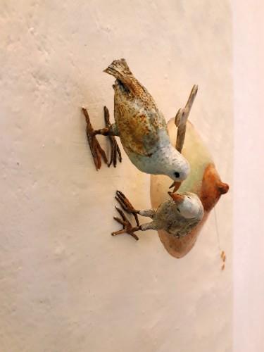 Saba Masoumian, Uccelli, 2017, tecnica mista su ferro, oggetti trovati, polimeri espansi e legno, 50x50x10 cm