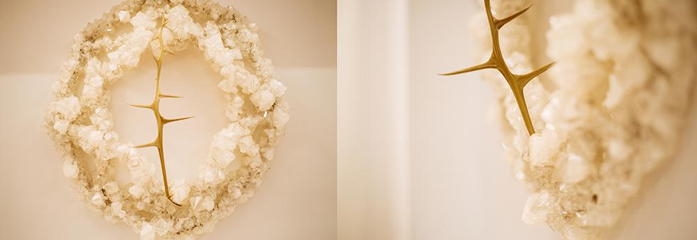 """Francesca Romana Pinzari, Sacred Thorn, cristalli di allume di rocca e spine, dalla mostra """"SuperNatural"""" presso Gilda Contemporary Art, Milano, ph. Kristina Bychkovaph"""