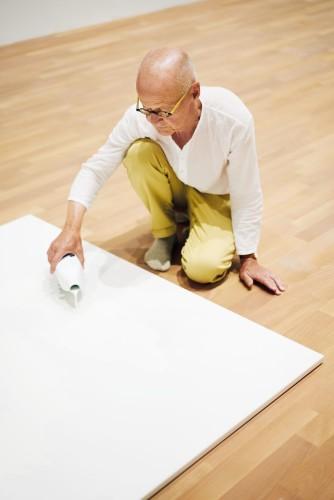 "Wolfgang Laib durante l'allestimento dell'opera ""Milkstone"" © 2017 Hartmut Nägele"