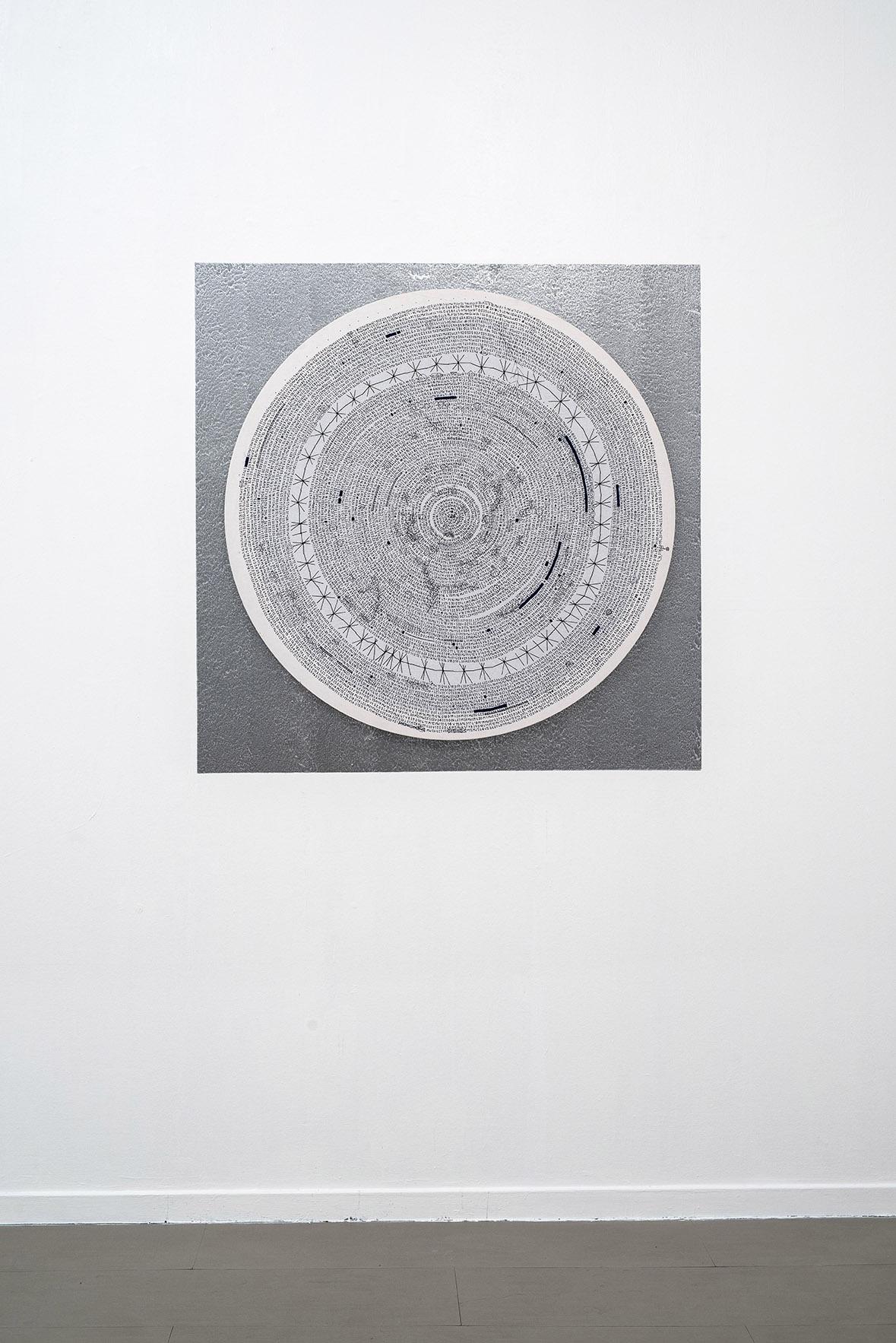 Letizia Cariello Calendario-Door, 2017, Installazione, wall painting argento cm 135x135, scrittura a penna su lenzuolo di lino, ricamo su telaio tondo ⌀ cm 120. Courtesy z2o Sara Zanin Gallery, Roma, Ph. Giorgio Benni