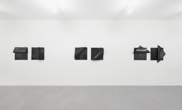 Lesley Foxcroft, (da sinistra a destra) Folds 1, 2017, gomma, 65x170x13 cm, Folds 2, 2017, gomma, 65x170x12 cm, Folds 3, 2017, gomma, 92x178x16 cm, veduta parziale dell'esposizione A arte Invernizzi, Milano © A arte Invernizzi, Milano Foto Bruno Bani, Milano