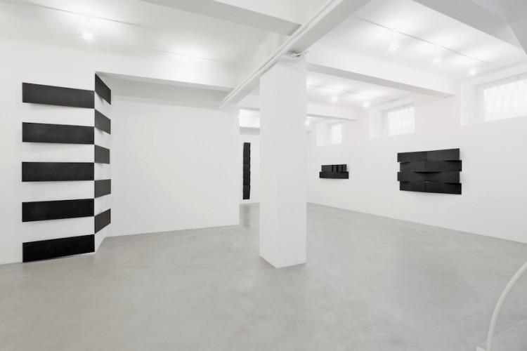 Lesley Foxcroft, (da sinistra a destra) Stacked (vertical corner), 2017, M.D.F. nero, 350x210x17 cm, Standpoint, 2015, M.D.F. nero, 280x35x11 cm, Engulf, 2017, M.D.F. nero, 60x180x13 cm, Enthral, 2017, M.D.F. nero,120x180x13 cm, Veduta parziale dell'esposizione A arte Invernizzi, Milano © A arte Invernizzi, Milano Foto Bruno Bani, Milano