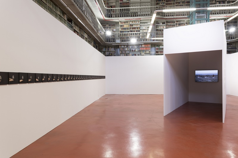 Fatma Bucak, Remains of what has not been said, veduta dell'installazione, Biblioteca Graf © Rubrastudio