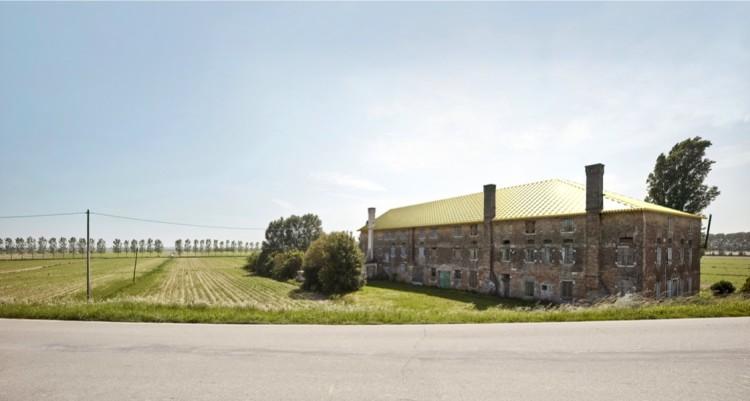 Alberto Garutti, Il grande tetto dorato rende prezioso questo antico casale. Quest'opera è dedicata alla sua storia e a coloro che passando di qui immagineranno le sue stanze vuote riempirsi nuovamente di vita, 2017