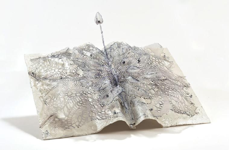 Annalù, Manuscripta, 2016-2017, vetroresina e inchiostri, cm 40x60x20. Courtesy Galleria Punto Sull'Arte
