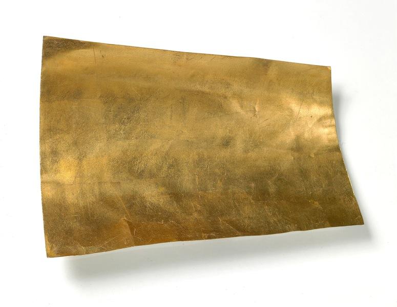 Arturo Vermi, Frammento, 1974, carta dorata ricurva, 36x56.5 cm Courtesy Fondazione Berardelli, Brescia